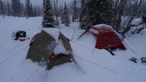 Takhle vypadají stany ráno. Sníh je všude..