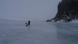 Jeden den opět na jezerech, ale s čistým povrchem a vidíme tak pod sebou i hloubku. Praskliny na ledu ignorujeme a spíš se staráme o klouzající saně, které si ve vichru dělají, co chtějí.