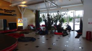 Opět na letišti v Gallivare. Sušíme výstroj a přebalujeme.